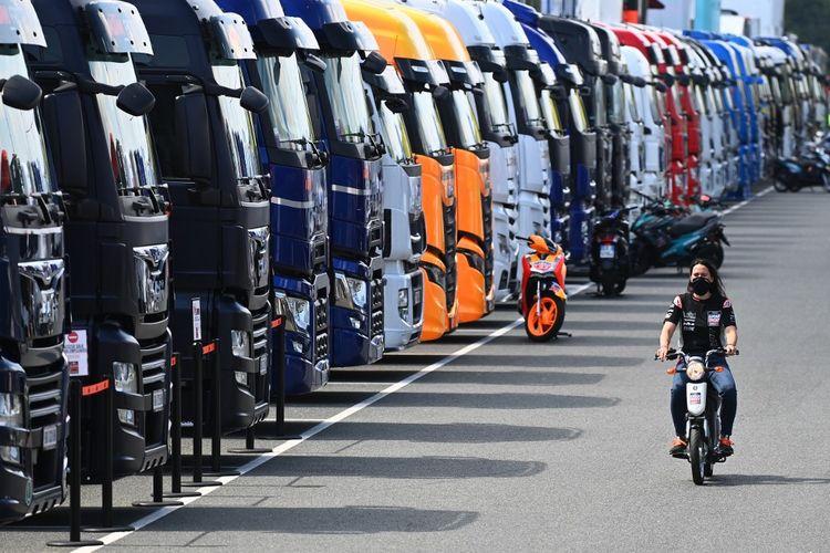 Situasi sirkuit saat balapan MotoGP di tengah pandemi. (Photo by JOE KLAMAR / AFP)