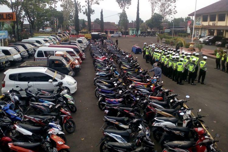 Ratusan kendaraan yang disita dari operasi zebra diparkir di halaman Mapolres Garut, Kamis (1/11/2018)