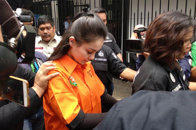 Jennifer Dunn digelandang masuk Rumah Tahanan Narkoba Polda Metro Jaya, Jakarta, Sabtu (6/1/2018).