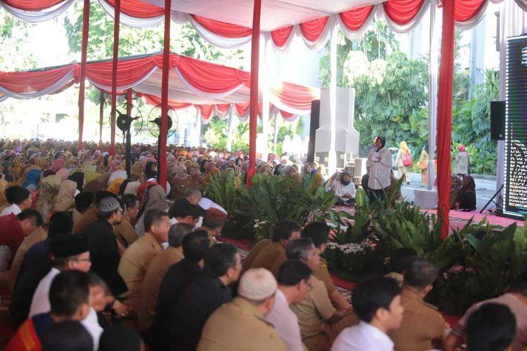 Walikota Surabaya Tri Rismaharini menggelar doa bersama lintas agama di Taman Surya, Balai Kota Surabaya, Senin (2/3/2020),  agar warga Surabaya dapat terhindar dari penyebaran virus corona.