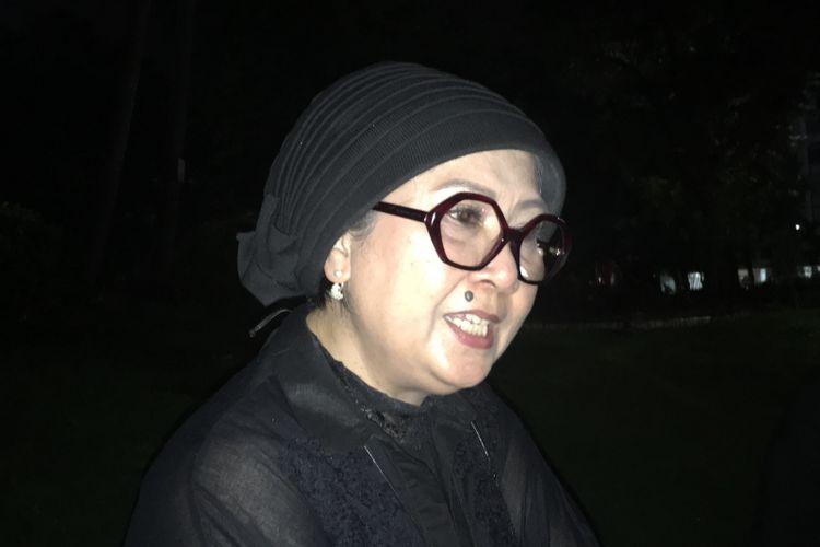 Kakak Angkat dari Gubernur DKI Jakarta non-aktif Basuki Tjahja Purnama atau Ahok yang divonis dua tahun karena kasus penodaan agama, Nana Riwayatie, dalam acara Malam Solidaritas Matinya Keadilan, di Tugu Proklamasi Jakarta Pusat, Rabu (10/5/2017).