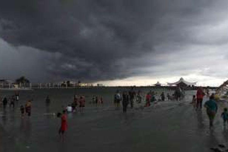 Pengunjung masih memadati kawasan Pantai Lagoon Taman Impian Jaya Ancol, Jakarta, Senin (8/2/2016) sore walaupun hujan turun.