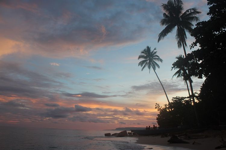 Pemandangan matahari terbenam di Pantai Bosnik, Biak, Papua Barat. Foto diambil oleh tim Ekspedisi Bumi Cenderawasih Mapala UI.