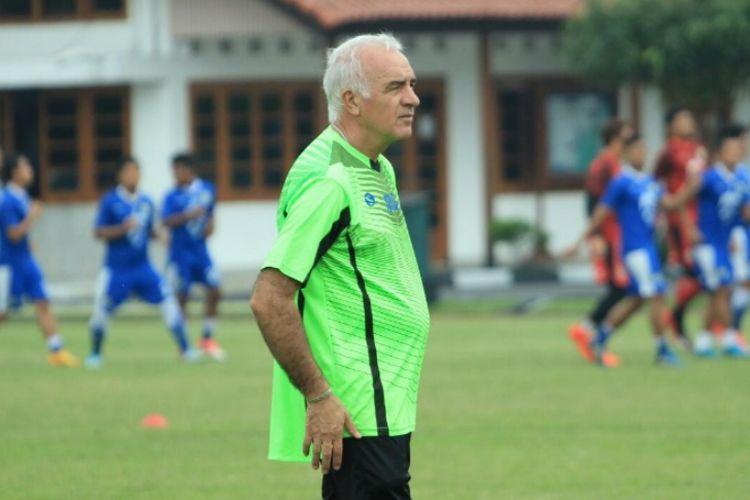 Pelatih baru Persib, Mario Gomez saat memimpin sesi latihan sore Persib di Lapangan Sesko AD, Jalan Gatot Subroto, Rabu (13/12/2017).