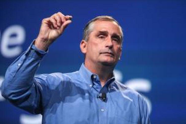 CEO Intel Brian Krzanich memamerkan prosesor yang dibangun dengan proses fabrikasi 14 nano meter