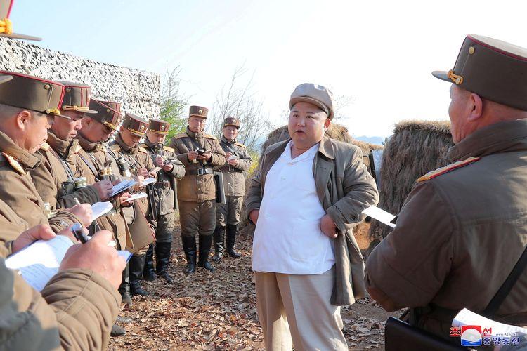 Pemimpin Korea Utara Kim Jong Un memberikan arahan mengenai latihan sub unit mortar tentara Korea Utara, dalam gambar yang dirilis KCNA pada 10 April 2020.