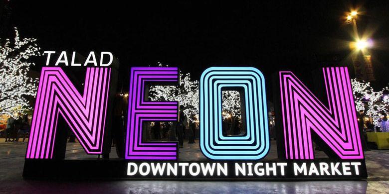 Talad Neon, Downtown Night Market di Bangkok, Thailand.