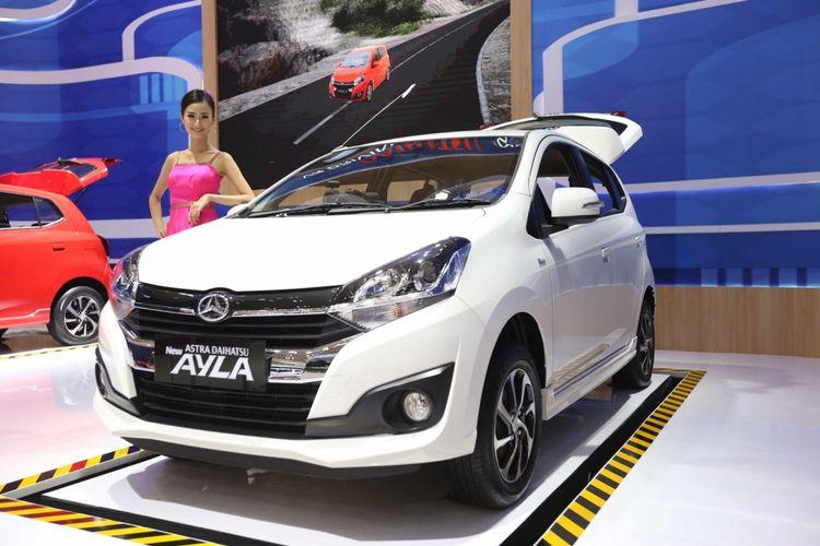 Daihatsu Ayla dipamerkan saat acara Gaikindo Indonesia International Auto Show (GIIAS) 2017 di Indonesia Convention Exhibition (ICE), BSD City, Tangerang, Banten, Sabtu (19/8/2017). Menjelang penutupan GIIAS stan Daihatsu memberikan potongan harga hingga tujuh juta rupiah.