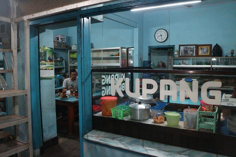 Warung Lontong Kupang Bu Ning di bilangan Pasar Keraton, Pasuruan, Jawa Timur, Selasa (5/6/2018). Lontong kupang merupakan salah satu makanan khas Pasuruan