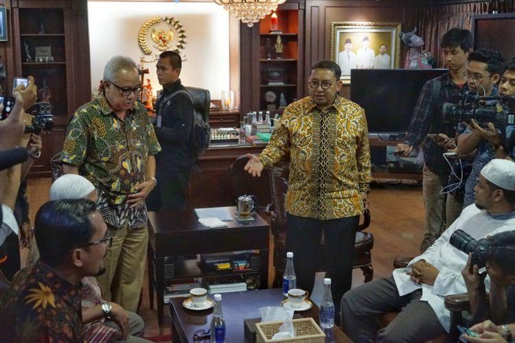 Suasana pertemuan antara Tim kuasa hukum terpidana kasus terorisme Abu Bakar Baasyir yang tergabung dalam Tim Pengacara Muslim (TPM) dan Wakil Ketua DPR Fadli Zon di ruang kerja pimpinan DPR, gedung Nusantara III, Kompleks Parlemem, Jakarta, Rabu (23/1/2019).