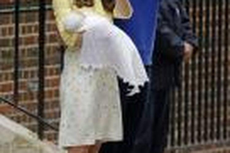 Pangeran William, Kate, dan putri mereka yang baru lahir saat keluar dari rumah sakit sakit beberapa jam setelah kelahiran.