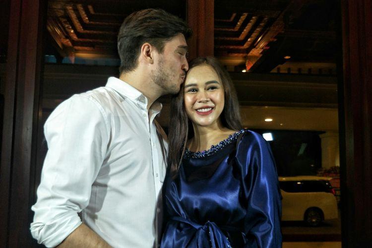 Penyanyi Aura Kasih bersama sang suami, Eryck Amaral saat ditemui di fashion show The Miracle Garden, di The Sultan Hotel & Residence Jakarta, Jalan Jendral Gatot Subroto, Tanah Abang, Jakarta Pusat, Senin (27/5/2018).