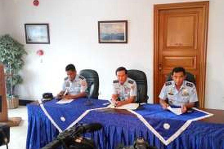(Tengah) Kepala Staf TNI AU Marsekal Madya TNI Hadiyan Sumintaatmadja dalam konfrensi pers di Base Ops lanud Halim Perdanakusuma, Jakarta, Minggu (18/12/2016).