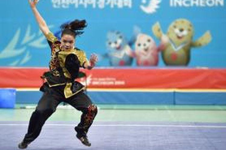 Atlet wushu Indonesia, Juwita Niza Wasni, beraksi di nomo final nanquan pada cabang wushu Asian Games 2014 di Incheon, Korea Selatan, Sabtu (20/9/2014).