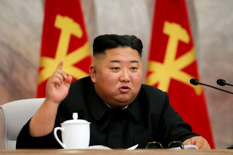 Foto tak bertanggal yang dirilis kantor berita Korea Utara, KCNA, pada 24 Mei 2020 menunjukkan Kim Jong Un menghadiri rapat Komisi Militer Pusat Partai Buruh, mendiskusikan kebijakan baru meningkatkan pencegahan perang nuklir.