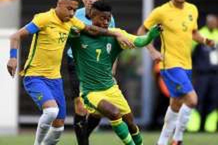 Neymar berupaya melewati penjagaan Tyroane Sandows pada laga antara Brasil dan Afrika Selatan di Brasilia, Kamis (4/8/2016).