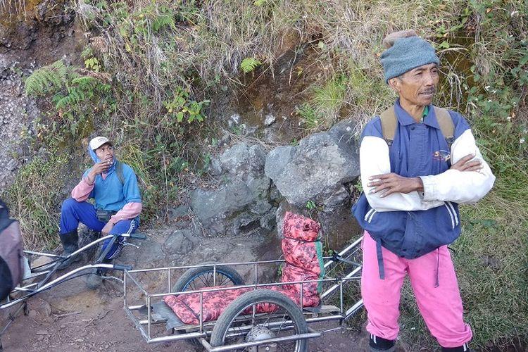 Pengojek atau supir supir taksi menunggu wisatawan yang ingin menggunakan jasa ojek atau taksi di sekitar jalur pendakian Gunung Ijen, Jawa Timur (9/9/2017). Pengojek atau supir taksi itu akan mengantarkan wisatawan menggunakan gerobak.