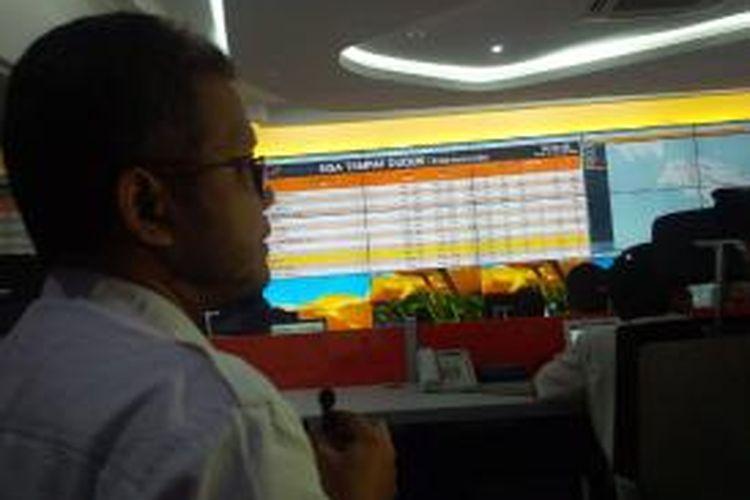 Executive Vice President Penumpang PT KAI, Totok Suryono tengah menjelaskan sisa kursi angkutan Natal 2014 dan Tahun Baru 2015.