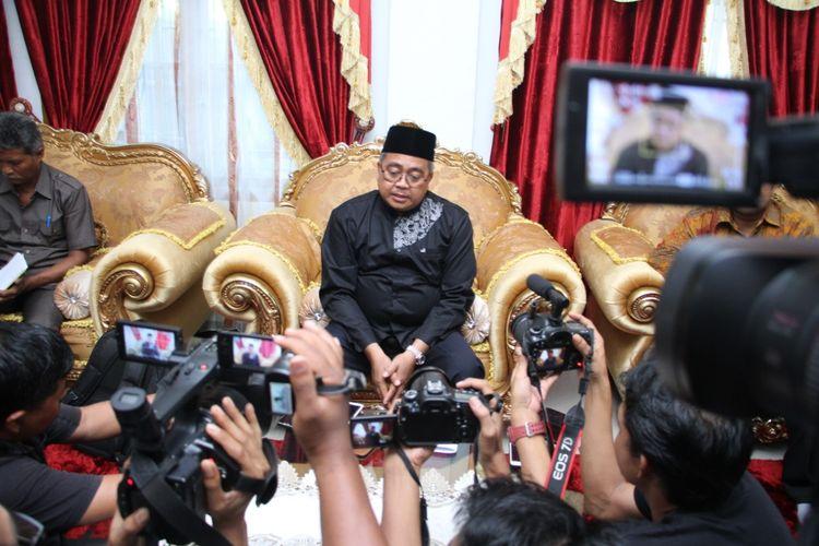 Bupati Aceh Barat Ramli MS menggelar konferensi pers terkait perkelahiannya dengan penagih utang di Pendopo Aceh Barat, Jumat (21/2/2020).