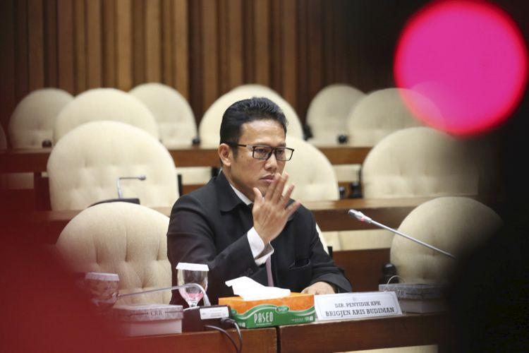 Direktur Penyidikan Komisi Pemberantasan Korupsi (KPK) Brigadir Jenderal (Pol) Aris Budiman memenuhi undangan Panitia Angket DPR terhadap KPK untuk mengikuti rapat dengar pendapat di Kompleks Parlemen, Senayan, Jakarta, Selasa (29/8/2017). Dalam keterangannya, Aris mengungkapkan adanya friksi di antara penyidik KPK yang berasal dari Polri dan penyidik yang diangkat oleh KPK.    *** Local Caption *** Direktur Penyidikan Komisi Pemberantasan Korupsi (KPK) Brigjen Aris Budiman memenuhi undangan Panitia Khusus (Pansus) Angket KPK untuk mengikuti rapat dengar pendapat di Kompleks Parlemen, Senayan, Jakarta, Selasa (29/8). Aris diundang Pansus Angket KPK untuk mengklarifikasi pertemuannya dengan sejumlah anggota Komisi III DPR di tengah berjalannya kerja pansus.