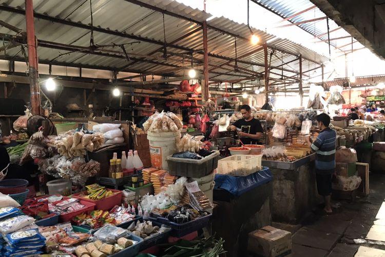 Pedagang dan pengunjung di Pasar Kebayoran Lama masih membandel dalam penggunaan masker selama beraktivitas di pasar.