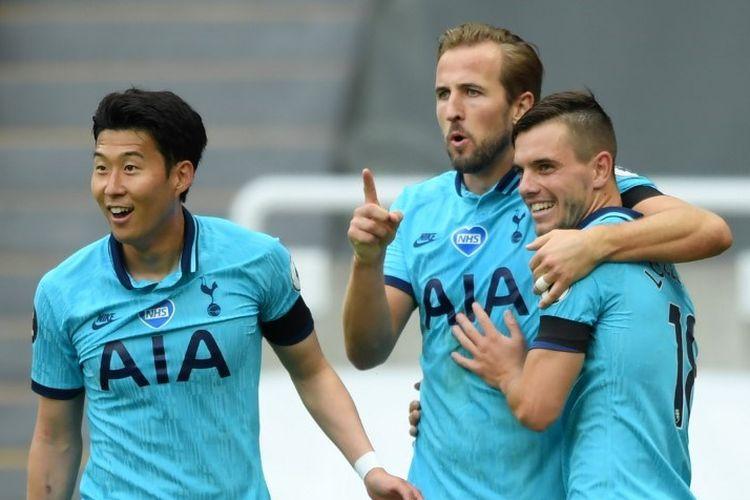 Pemain Tottenham Hotspur, Harry Kane (tengah) merayakan gol bersama Giovani Lo Celso (kanan) dan Son Heung-min (kiri) dalam pertandingan Liga Inggris, Newcastle vs Tottenham di St James Park, Kamis (16/7/2020) dini hari WIB.