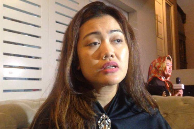 Nia Anggia diabadikan saat jumpa pers usai tahlilan ketiga mendiang Julia Perez di Raffles Hills, Cibubur, Jakarta Timur, Senin (12/6/2017).