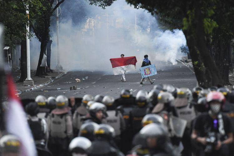 Pelajar dan mahasiswa melakukan aksi unjuk rasa di belakang gedung MPR/DPR, Jalan Tentara Pelajar, Jakarta, Senin (30/9/2019). Aksi unjuk rasa tersebut berakhir ricuh. ANTARA FOTO/Hafidz Mubarak A/wsj.