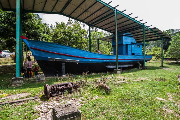 Monumen kapal pengungsi dari Vietnam ditaruh di taman di kawasan kamp pengungsi di Pulau Galang, Kepulauan Riau, Minggu (8/2/2015). Di pulau inilah pengungsi dari Vietnam, Kamboja dan Thailand pernah ditampung oleh Pemerintah Indonesia. Sekarang kamp ini menjadi salah satu objek wisata sejarah di Batam.