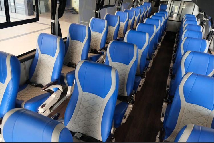 Bus dengan tiga banjar kursi