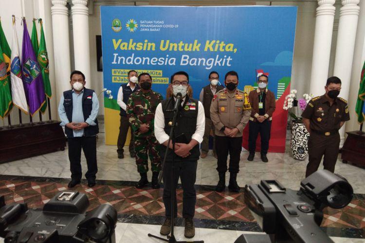 Gubernur Jawa Barat Ridwan Kamil saat memberikan keterangan kepada media seusai rapat koordinasi Satgas Covid-19 Jawa Barat di Gedung Sate, Kota Bandung, Senin (8/3/2021).