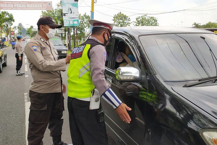 Polisi melakukan penyekatan di jalur menuju kawaaan wisata Baturraden, tepatnyadi pertigaan Pabuaran, Purwokerto, Kabupaten Banyumas, Jawa Tengah, (25/9/2021).