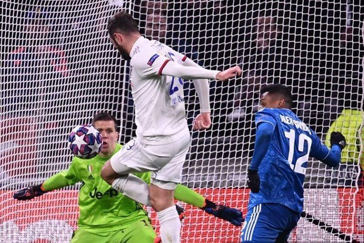 Gelandang Lyon, Lucas Tousart, menceploskan bola ke gawang Juventus di Liga Champions, Kamis (27/2/2020) dini hari WIB.