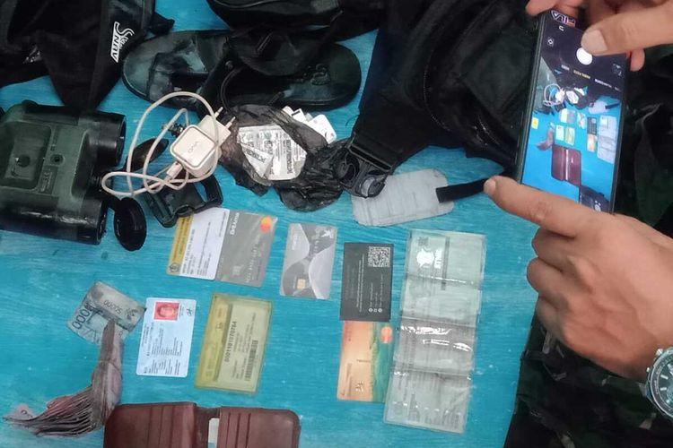 Tim SAR gabungan menemukan uang tunai Uang tunai, kartu identitas, ATM dan sejumlah barang milik Serda Aswadin Ali di peraiaran laut Pulau Tayando, Maluku Tenggara, Rabu (22/1/2020)