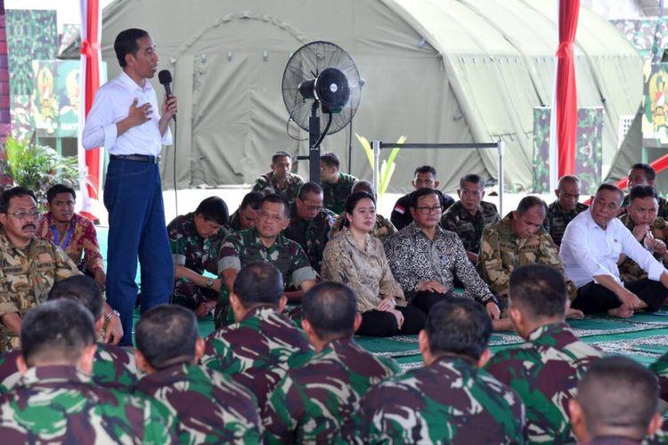 Presiden Joko Widodo saat memberikan pengarahan kepada 1.500 prajurit TNI di Natuna, Kepulauan Riau, Jumat (19/5/2017).