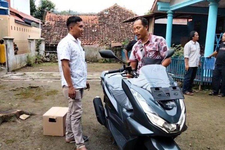 Warga Desa Kawungsari, Cibeureum, Cahyono (baju putih) membeli motor baru. Warga desa ini mendadak jadi miliarder karena terdampak pembangunan Waduk Kuningan.