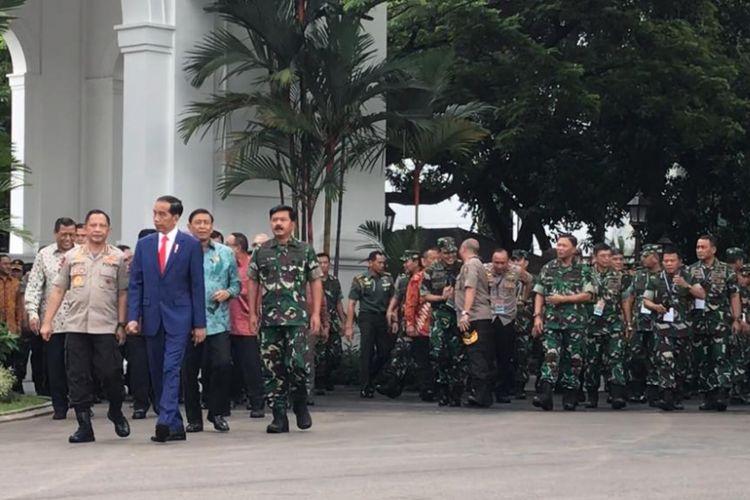Presiden Joko Widodo hendak mengikuti sesi foto bersama seluruh Rapim TNI-Polri 2019 di Istana Kepresidenan Jakarta, Selasa (29/1/2019).