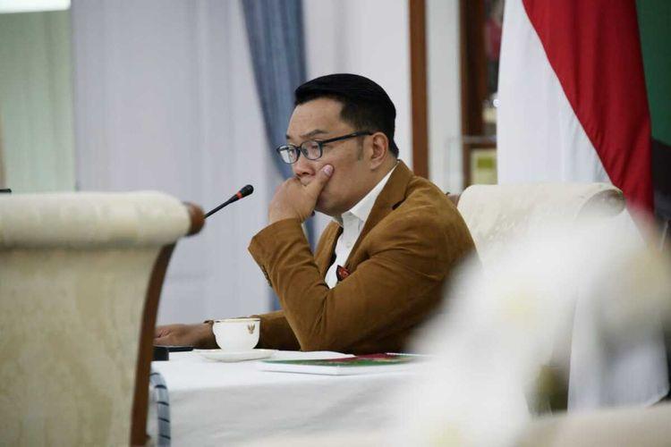 Gubernur Jawa Barat Ridwan Kamil saat mengikuti expert briefings bersama Diah Satyani Saminarsih (Senior Advisor WHO) dan Prof. Dr. dr. Akmal Taher, SpU(K) (Guru Besar UI) melalui konferensi video dari Gedung Pakuan, Kota Bandung, Selasa (20/10/2020).