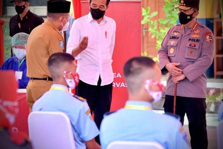 Foto Biro Pers Sekretariat Presiden: Presiden Joko Widodo meninjau pelaksanaan vaksinasi Covid-19 di Ponorogo, Jawa Timur, Selasa (7/9/2021).