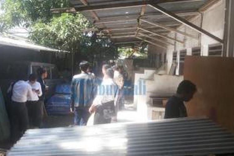 Proses evakuasi jenazah Angeline, Rabu (10/6/2015).