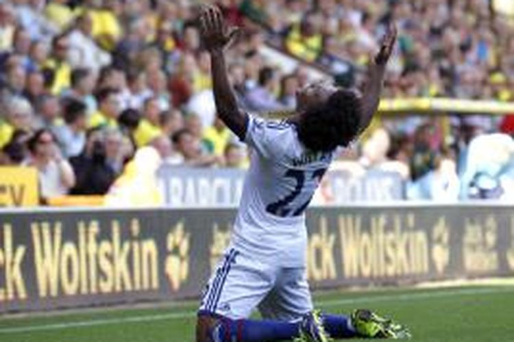 Gelandang Chelsea Willian, merayakan golnya ke gawang Norwich City, pada pertandingan Premier League, di Carrow Road, Minggu (6/9/2013).