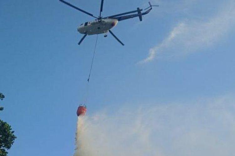 Satu unit helikopter dari BPBD Provinsi Kalbar diterjunkan untuk memadamkan api karhutla di Desa Sungai Rasau