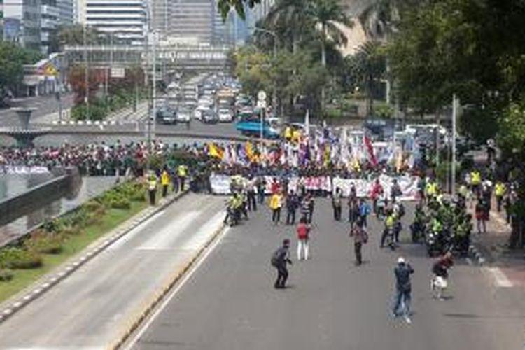 Ratusan mahasiswa berjalan menuju Istana Negara, Kamis (21/5/2015). Akibatnya Jalan Medan Merdeka Barat ditutup.