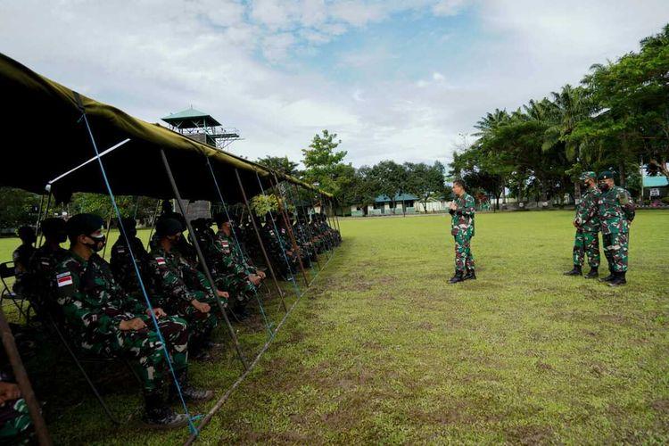 Pangdam XVI Pattimura, Mayjen TNI Bambang Ismawan meninjau persiapan peralatan dan latihan prajuritnya yang akan mengikuti latihan bersama dengan militer Amerika Serikat di Hawai, Jumat (24/9/2021) pekan kemarin