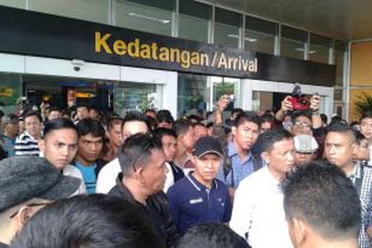 Penumpang maskapai Lion Air dari Terminal 1 marah karena tidak mendapatkan kejelasan soal refund saat tiba di Terminal 3, Bandara Soekarno-Hatta, Jumat (20/2/2015).