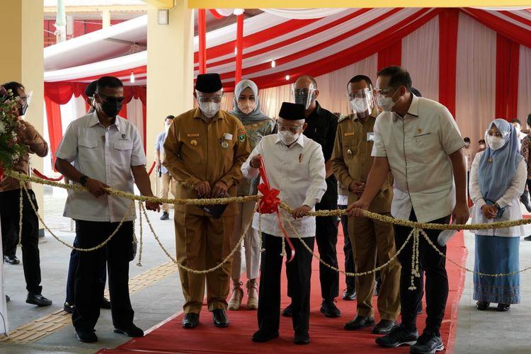 Wakil Presiden Ma'ruf Amin saat meresmikan Pasar Rakyat Kota Pariaman, Sumatera Barat, Selasa (6/4/2021).