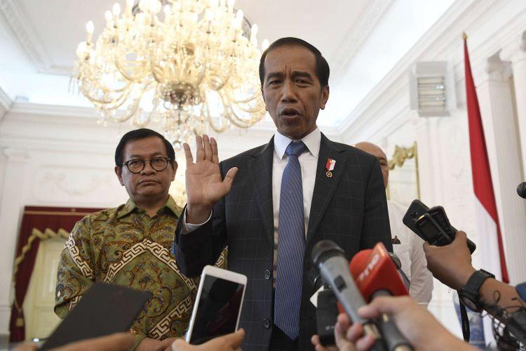 Presiden Joko Widodo (kanan) didampingi Seskab Pramono Anung (kiri) menjawab pertanyaan jurnalis usai menerima CEO Bukalapak Achmad Zaky di Istana Merdeka, Jakarta, beberapa waktu lalu.