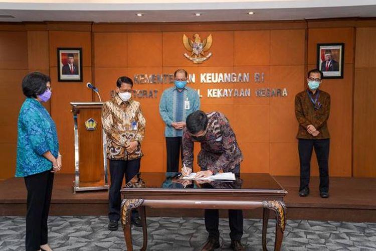 Pratiwi Handiyani (Saksi Notaris), Didiek Hartanto (Dirut PT KAI), Isa Rachmatarwata (Dirjen Kekayaan Negara, Kemenkeu), Edwin Syahruzad (Dirut PT SMI, menandatangani dokumen perjanjian kerja sama, Senin (30/11/20200).