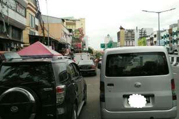 Kendaraan diparkir di pinggir jalan kawasan Tanah Abang, Jakarta Pusat, Selasa (15/11/2016).