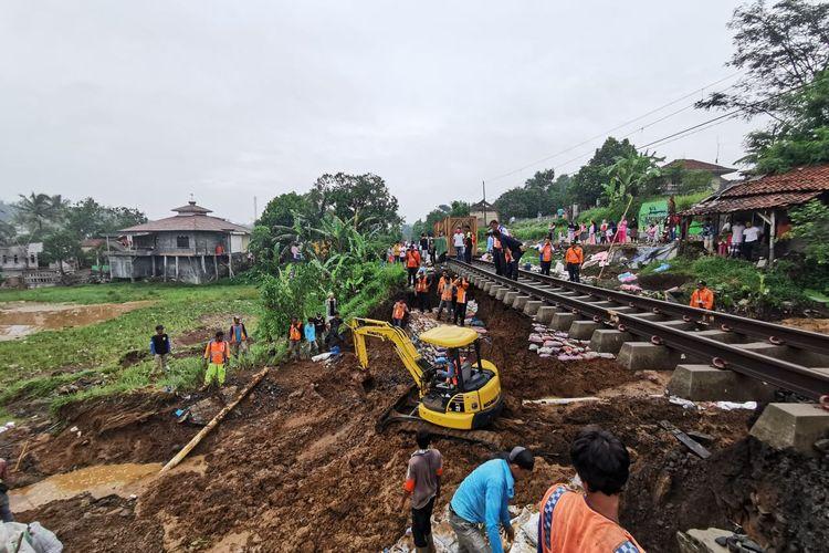 Perbaikan jalur kereta api yang longsor di antara Stasiun Parung Kuda-Cicurug, lintas Sukabumi-Bogor, Sabtu (7/12/2019) pagi oleh PT KAI Daop 1 Jakarta.